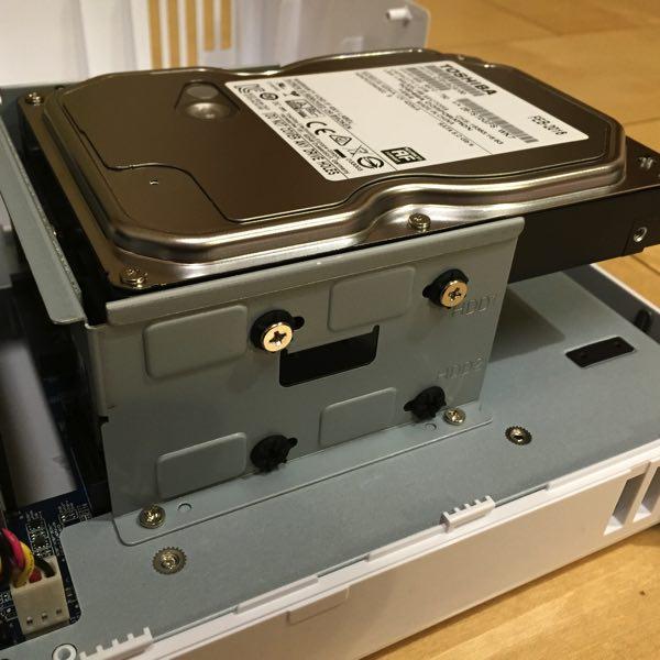 DS216jにHDDをセットした状態(アップ)
